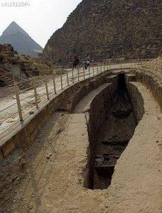 Bootsgrube vor der Pyramide; statt hier ein Boot zu begraben, soll hier eines entstehen; es handelt sich hier um eine Werft
