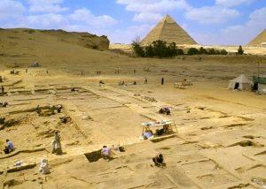 Blick auf Ausgrabungen (die Siedlungen neben den Pyramiden von Gizeh weisen Bäckereien, Brauereien und Unterkünfte aus.